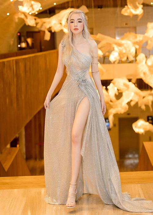 Những bức hình do cô tung ra đều được là lượt kỹ càng, đảm bảo chân dài như siêu mẫu.