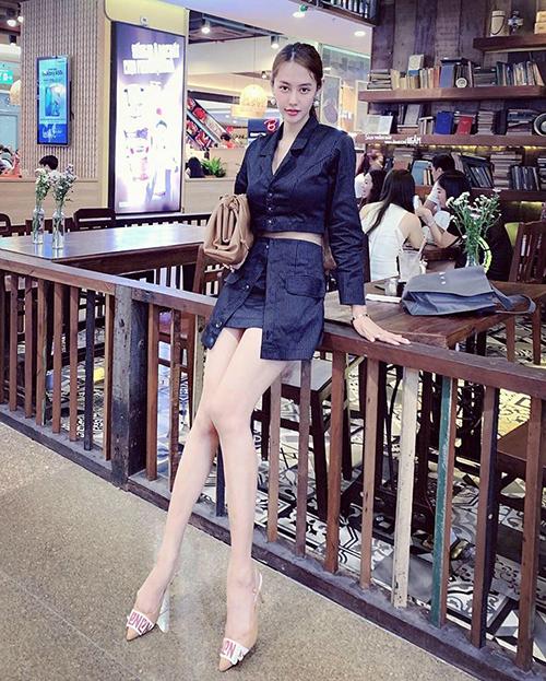 Đôi chân dài quá mức khiến Linh Chi giống hệt người khổng lồ.