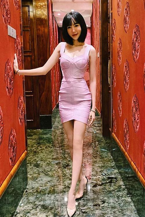 Elly Trần nhiều lần bị bóc mẽ photoshop quá tay, đặc biệt là đôi chân thường được chỉnh sửa đến mức biến dạng, thậm chí... biến mất cả đầu gối.
