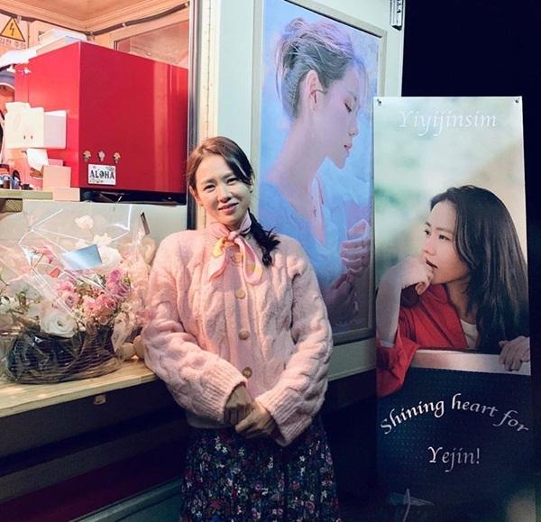 Son Ye Jin có phong cách vintage dịu dàng trong Crash Landing on You. Nữ diễn viên hạnh phúc khi nhận được hoa, xe cà phê từ các đồng nghiệp thân thiết như Lee Min Jung, Lee Hyun Jung, Song Yoona.