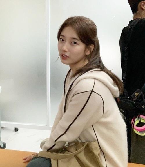 Suzy chia sẻ ảnh hậu trường, mừng phim điện ảnh Đại thảm họa núi Baekdu cán mốc 5 triệu vé.