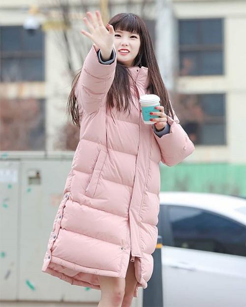 Yu Jin (CLC) cần sự trợ giúp của áo phao để giữ ấm khi mặc váy ngắn mỏng manh.