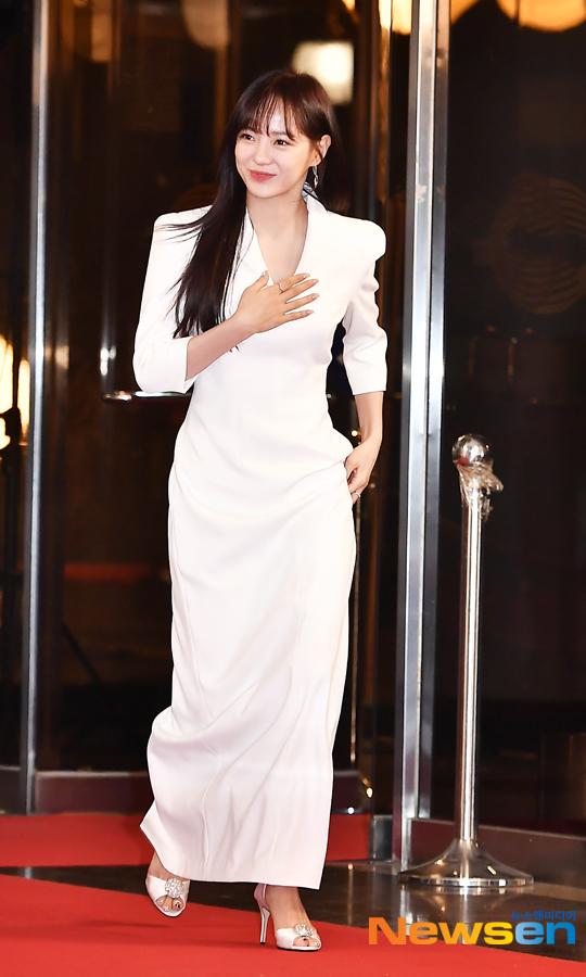 Se Jeong (Gugudan) diện đậm trắng thanh lịch.