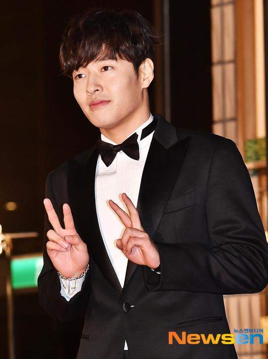 Kang Ha Neul diện vest tuxedo truyền thống.
