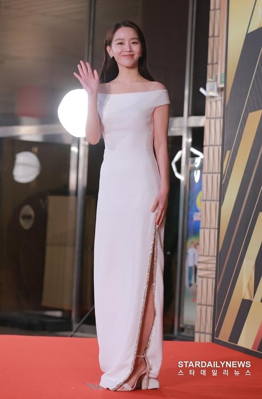 Shin Hye Sun là một trong hai MC dẫn chương trình tối nay của lễ trao giải.