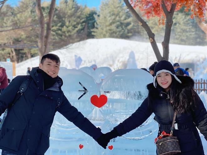 Vợ chồng Bùi Tiến Dũng tình tứ tại Hàn Quốc.