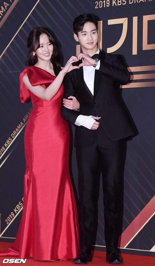 Cặp đôi The Tale of Nokdu - Kim So Hyun và Jang Dong Yoon tạo dáng trái tim trước ống kính.