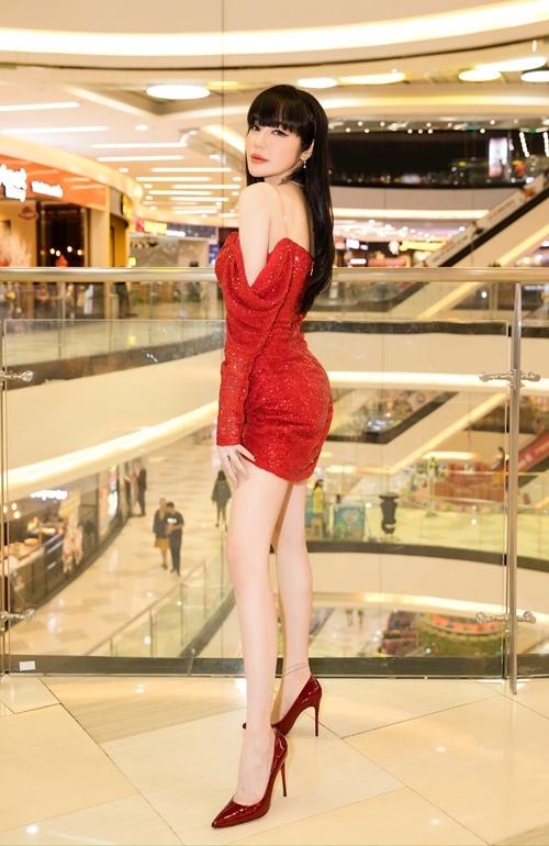 Bà mẹ hai con Elly Trần chọn bộ trang phục lấp lánh, ôm sát khoe thân hình đồng hồ cát. Cô nổi tiếng trong giới showbiz khi có vòng eo 55cm.