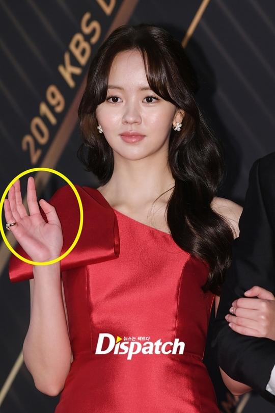 Bàn tay Kim So Hyun ửng đỏ vì trời lạnh. Thời tiết tại Seoul tối nay xuống tới 6 độ.