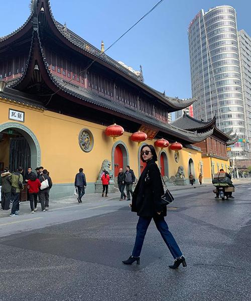 Diệu Nhi sải bước sang chảnh trên đường phố Trung Quốc.