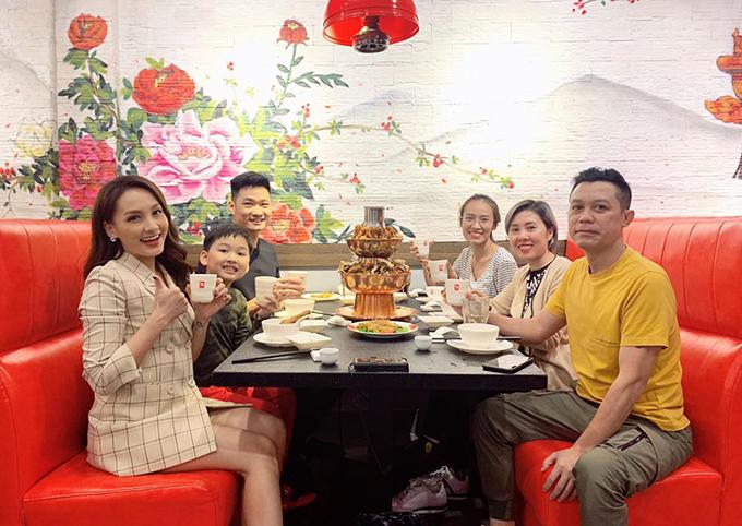Bảo Thanh đi ăn tất niên cùng cả gia đình.