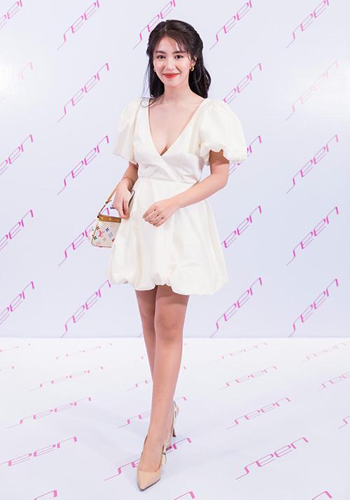 Tham dự fashion show đầu tay của cô bạn Quỳnh Anh Shyn, Mẫn Tiên chọn chiếc váy bồng xòe xinh xắn, tuy nhiên có phần cổ xẻ sâu rất gợi cảm.