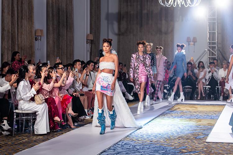 Tối 30/12, Quỳnh Anh Shyn tổ chức fashion show Xuân Hè 2020 tại TP HCM, giới thiệu bộ sưu tập đầu tay SEEN. Hot girl đánh dấu sự trưởng thành với một bước tiến mới trong lĩnh vực thời trang. Hơn 30 người mẫu chuyên nghiệp thể hiện những trang phục cá tính, nổi loạn, mang rõ nét dấu ấn của nàng fashionista 23 tuổi.