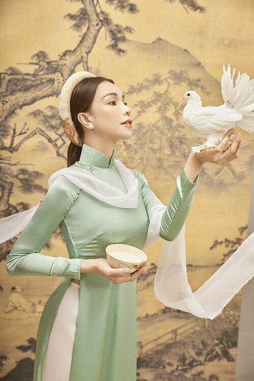 Trà Ngọc Hằng tự nhận bản thân là mẫu phụ nữ với phong cách, suy nghĩ hiện đại. Song, cô luôn dành tình cảm đặc biệt cho chiếc áo dài với những giá trị truyền thống. Cận kề Tết Nguyên Đán năm nào, cô cũng sử dụng áo dài làm trang phục để diện trong các bộ hình đón Tết.