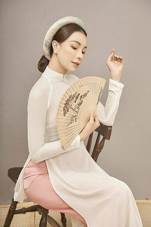 Trà Ngọc Hằng yêu thích các mẫu áo dài có kiểu dáng đơn giản, trơn màu, tôn nét dịu dàng của người phụ nữ.