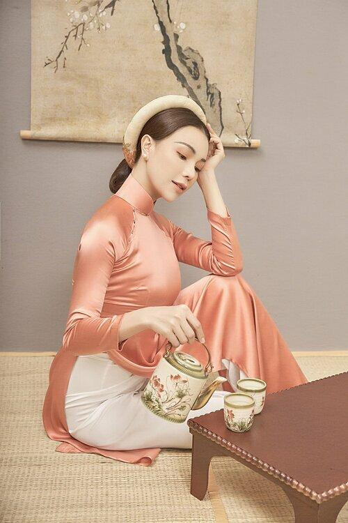 Trà Ngọc Hằng sinh năm 1990,hoạt động với vai trò người mẫu, ca sĩ. Gần đây, cô ra mắt loạt ca khúc:Đón xuân này nhớ xuân xưa, Hạ thương...