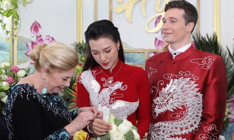 Mẹ chồng trao quà cho Hoàng Oanh.