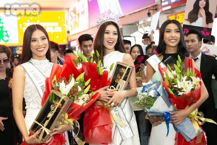 Top 3 Hoa hậu Hoàn vũ Việt Nam chọn trang phục thanh lịch,rạng rỡ trong khoảnh khắc chiến thắng trở về. Riêng tân hoa hậu, cô xúc động khi gặp lại bố mẹ tại sân bay Tân Sơn Nhất sau ba ngày đăng quang.