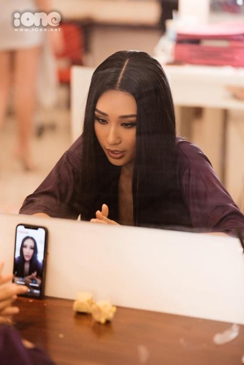 Người đẹp tranh thủ livestream trong hậu trường để kêu gọi bạn bè, người thân ủng hộ mình trong cuộc thi. Tham dự Miss Universe Vietnam, Anh Thư muốn cho mọi người thấy mình là người phụ nữ đẹp, tự tin và có trái tim nhân hậu.
