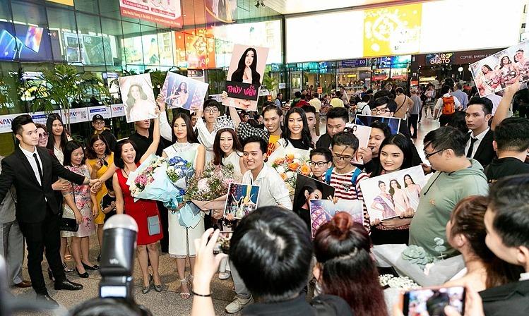Fan của top 3 mang theo bảng hiệu, hoa để chào mừng thần tượng trở về.