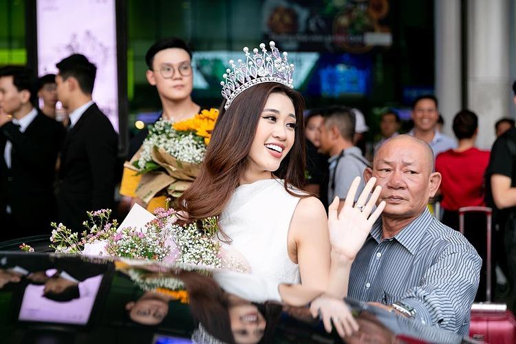 Khánh Vân vẫy tay chào người hâm mộ trước khi bước lên ô tô.