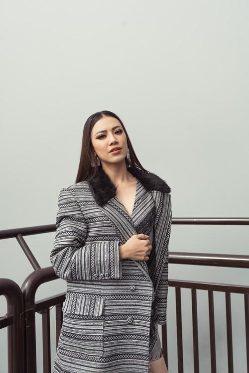 Kim Duyên mặc vest cách điệu. Tiết trời khá lạnh nhưng Kim Duyên cho biết cô rất vui vì được trải nghiệm cảm giác bước đi trên mặt kính và ngắm nhìn cảnh quan núi rừng Lai Châu..
