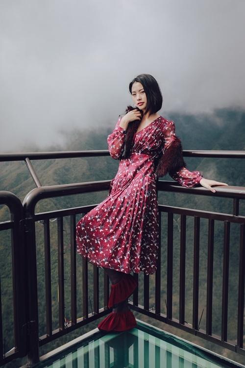 Top 5 Đào Thị Hà mặc trang phục gam màu đỏ nổi bật. Cô cắt tóc ngắn sau cuộc thi.