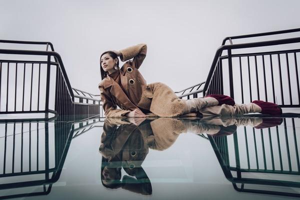 Trong chuyến công tác tại Lai Châu, hoa hậu Khánh Vân cùng á hậu Kim Duyên và các người đẹp trong top 10 Hoa hậu Hoàn vũ Việt Nam tranh thủ ghé thăm cây cầu kính Rồng Mây nằm ở đèo Ô Quy Hồ, huyện Tam Đường.