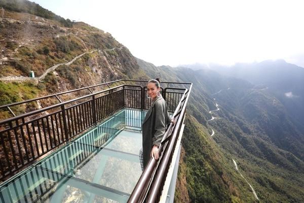 Cầu kính Rồng Mây được làm bằng kính trong suốt, có lối đi dài 50 m. Lê Hoàng Phương thích thú trước cảnh sắc hùng vĩ của núi rừng Tây Bắc.