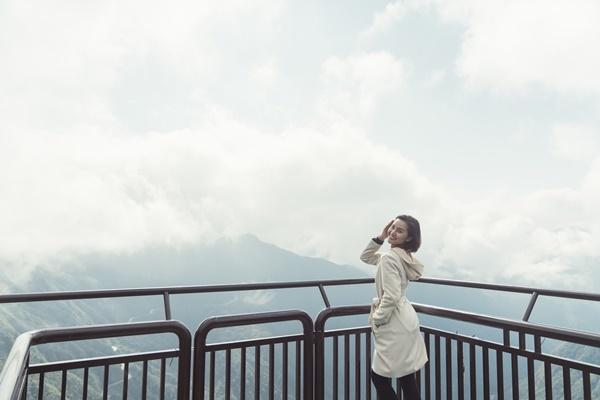 Lê Thu Trang khoe nhan sắc rạng rỡ. Cô bất ngờ khi biết Rồng Mây là cây cầu kính cao và dài nhất Đông Nam Á.