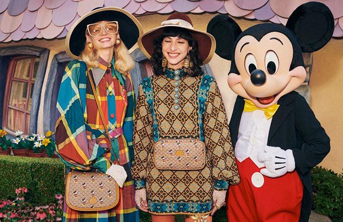 Ngay cả các nhà mốt cao cấp cũng không thể làm ngơ với hot trend của 2020. Gucci vừa giới thiệu bộ sưu tập với những mẫu túi xách in hình chuột Mickey siêu xinh xắn.