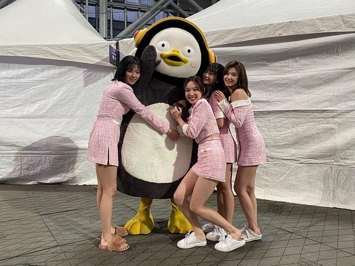 Twice tạo dáng nhí nhố bên Pengsoo.