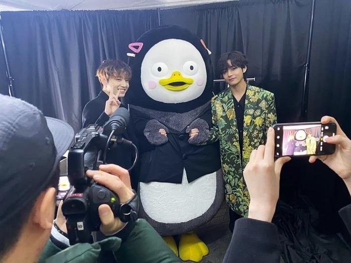 V và Jung Kook vào tận phòng chờ của Pengsoo để chụp hình kỷ niệm.