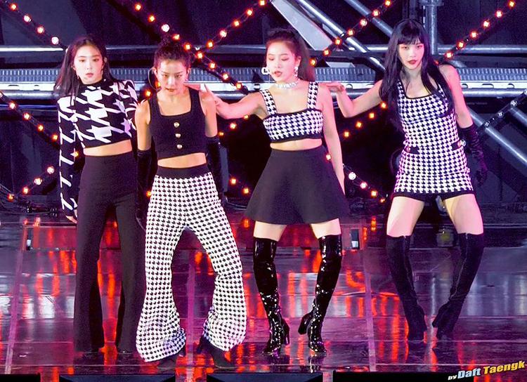 Trong các thành viên Red Velvet, Yeri có vóc dáng đầy đặn hơn cả. Cô nàng không sở hữu vòng eo thon nhỏ, đường cong đồng hồ cát. Tuy nhiên trên sân khấu, stylist của nhóm vẫn thường cho Yeri diện những bộ cánh lộ eo. Không ít fan cho rằng nữ idol bị dìm khi liên tục phải mặc đồ tố cáo nhược điểm.