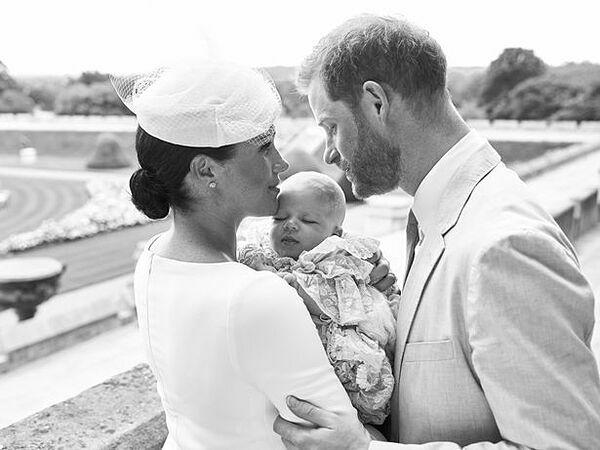 Cặp vợ chồng Harry - Meghan và con trai Archie.