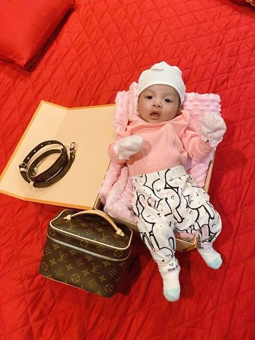 Con gái Bùi Tiến Dũng diện sương sương Fendi, Dior khi mới 2 tháng tuổi - 3