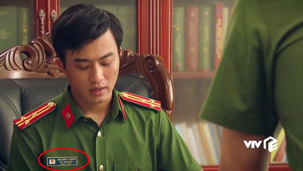 Biển tên của nhân vật này đeo lại là Đào Duy Thông.