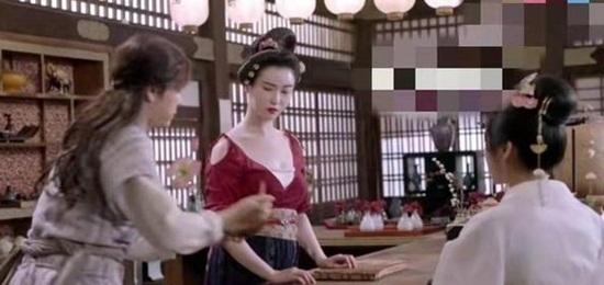 Cảnh quay sau lưng Cúc Tịnh Y (góc phải) trong Nhiệt huyết Trường An bị phát hiện không phải cô đóng.