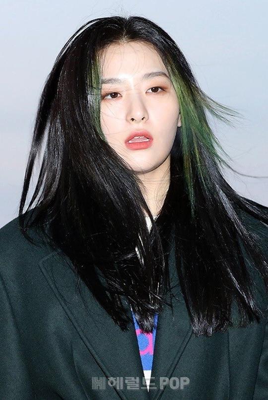 Các thành viên Red Velvet có mặt từ sáng sớm. Seul Gi gây chú ý với mái tóc nhuộm highlight xanh lá cây cá tính.