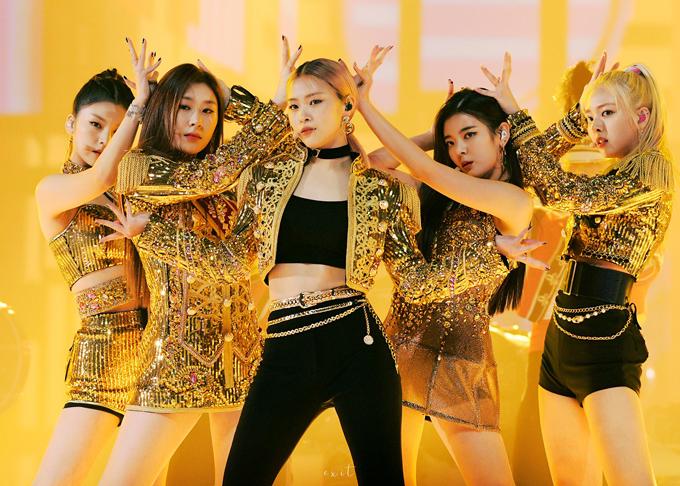 5 cô nàng xinh đẹp ITZY cũng bắt trend kịp đàn chị, trang phục vàng kim giúp các cô gái càng tỏa sáng hơn dưới ánh đèn sân khấu.