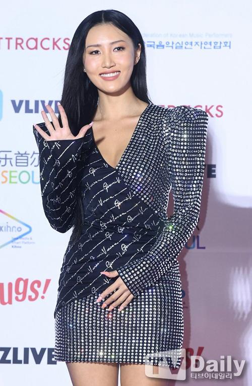Hwasa (Mamamoo) lại ưng ý váy đen đơn giản đính sequin bạc, cô nàng không đeo trang sức những vẫn thu hút.