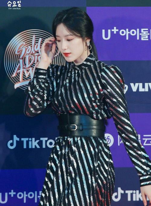 Không chỉ được yêu thích trên sân khấu, Shu Hua ((G)I-DLE) còn diện Metallic stripe dress của Michael Kors trên thảm đỏ