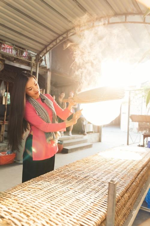 Kim Duyên vào tận một lò hủ tiếu để quan sát và thử làm món ăn đặc trưng của người dân miền Tây Nam Bộ.