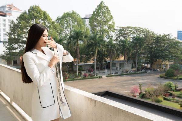 Cầm tấm sash Á hậu 1 Hoa hậu Hoàn vũ Việt Nam ở quê hương, Kim Duyên xúc động. Cô tâm sự không nghĩ bản thân có ngày được bước vào văn phòng Ủy ban Nhân dân thành phố với cương vị mới. Điều này khiến cô nhắc nhở bản thân phải cố gắng nhiều hơn nữa vì bản thân đại diện cho phụ nữ Cần Thơ, cho nhiều bạn trẻ có ước mơ, đam mê, hoài bão.