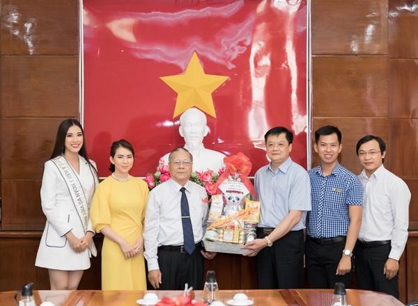 Buổi chiều, Kim Duyên thay trang phục, ghé thăm Ủy ban Nhân dân TP Cần Thơ.