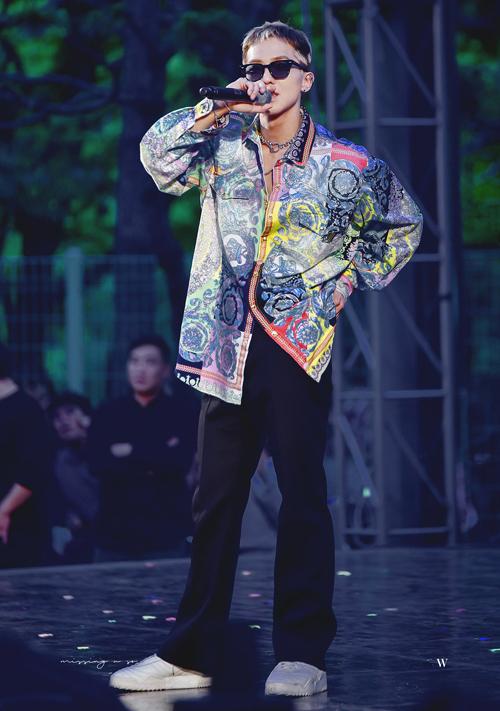 Áo sơ mi lụa với những họa tiết cầu kì, màu sắc bắt mắt này đúng hợp gu của Mino, áo đã đủ nổi nên chàng rapper mix đơn giản với quần đen và giày thể thao trắng.