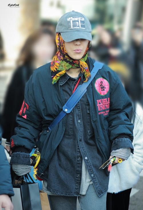 Anh chàng diện style khăn trùm đầu ở khắp mọi nơi khi xuất hiện ở sân bay hay trong concert biểu diễn và lúc đi chơi với bạn, họa tiết anh chàng yêu thích là hoa hướng dương.