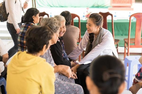Buổi trưa, Kim Duyên có buổi thăm hỏi, trao quà cho bà con nghèo tại xã Định Môn, huyện Thới Lai, TP Cần Thơ.