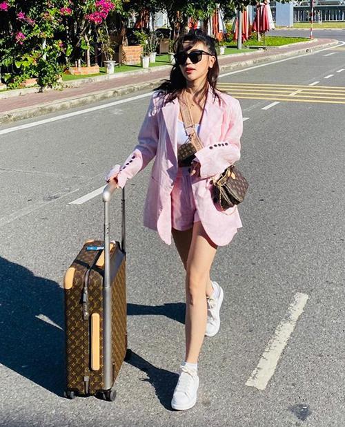 Sĩ Thanh chứng minh là tín đồ màu hồng đích thực khi diện gam màu này mọi lúc mọi nơi. Nữ ca sĩ cao tay giúp set đồ hồng không hề sến sẩm, bằng cách kết hợp theo phong cách thể thao đi kèm set phụ kiện của Louis Vuitton.