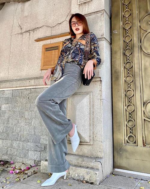 Kỳ Duyên mix sơ mi và quần dài theo phong cách công sở, tuy nhiên vẫn trẻ trung nhờ giày mules.
